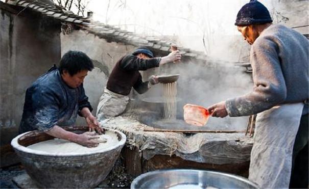 传统手工漏瓢粉条加工